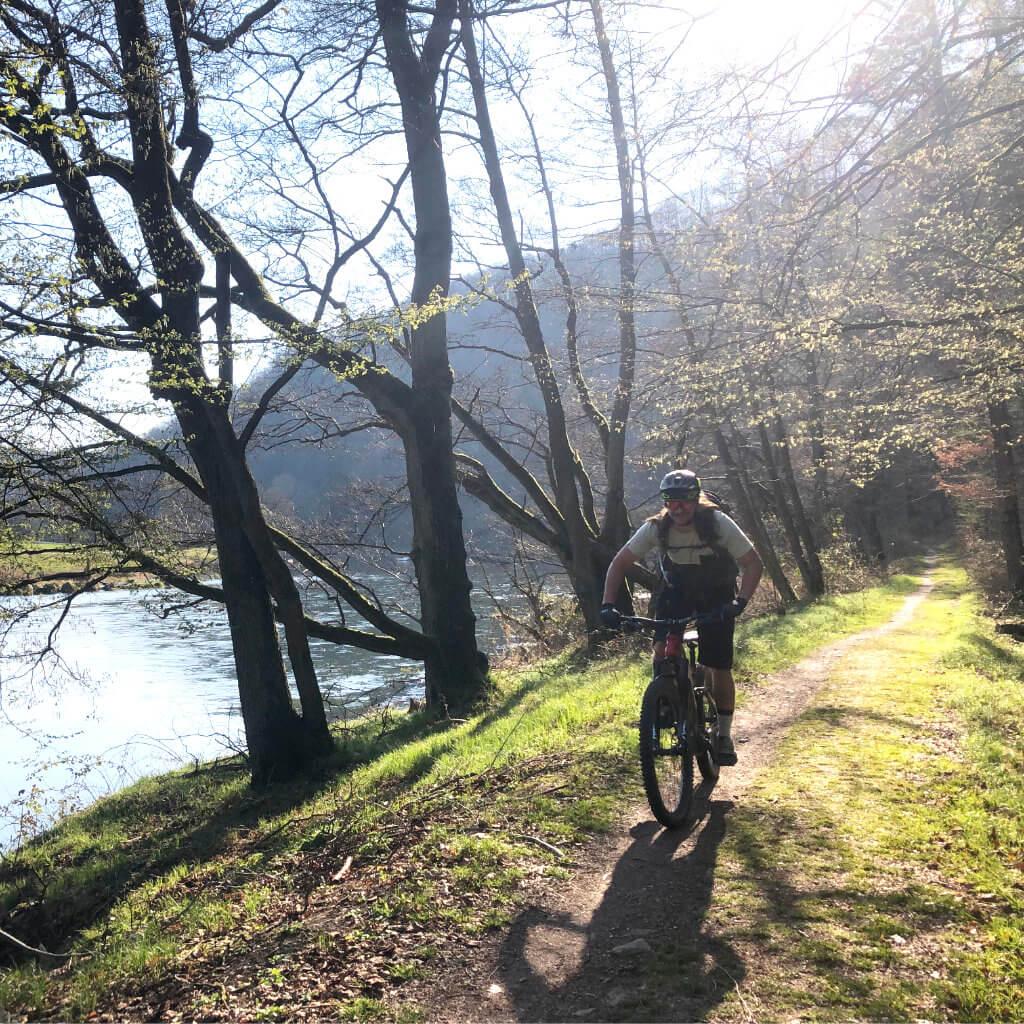 Nach der Mountainbiketour gemütlich am Fluss Regen zurück zum Campingplatz radeln auf den Mountainbike Reisen Bayerischer Wald