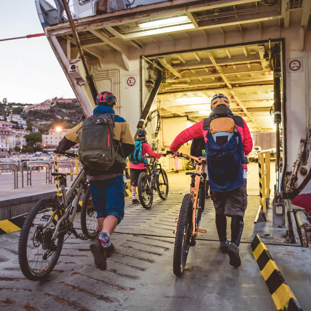 Mit Bike und Boot geht es bei den Mountainbike Reisen in der Toskana auf die Insel Giglio