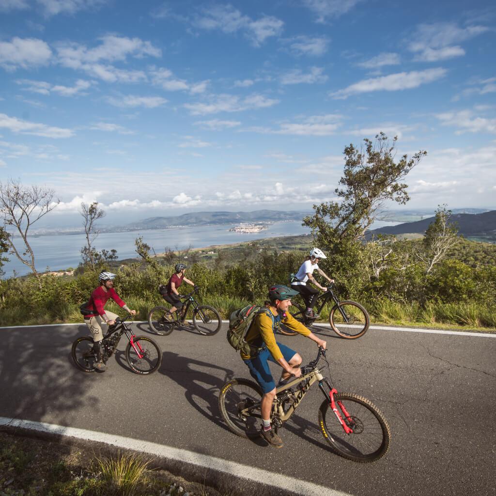 Auf den Mountainbike Reisen in der Toskana gibt es entspannte Uphills mit Meerblick