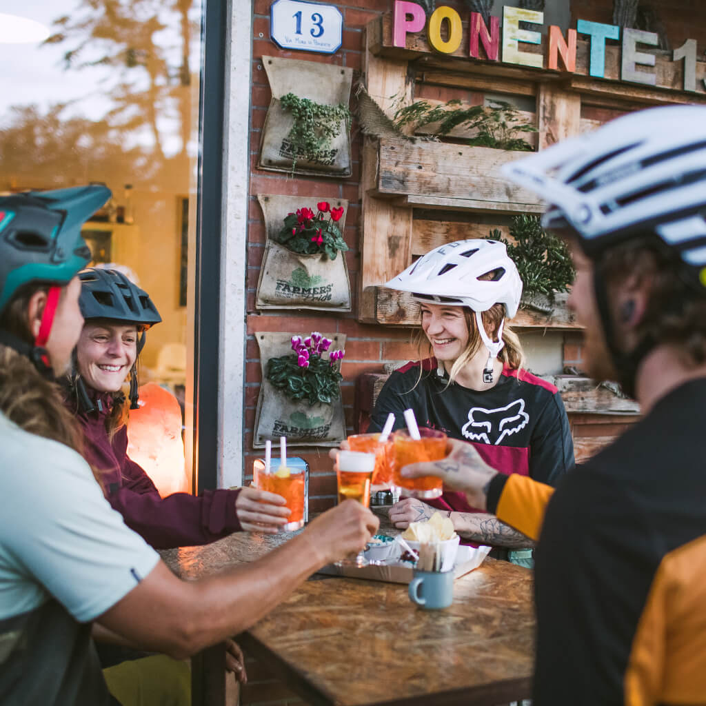 Aperitivo nach einem Bike Tag auf den Mountainbike Reisen in der Toskana