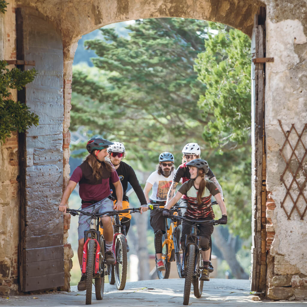 Durch historische Burgmauern bei den train and Ride Mountainbike Reisen zum Saisonstart
