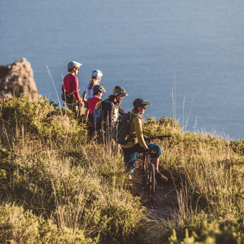 Bei den Train and Ride Mountainbike Reisen blicken die Teilnehmer während der MTB Tour auf das Meer