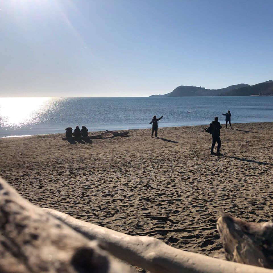Die gruppe spielt Frisbee am Strand im Mountainbike Urlaub in der Toskana