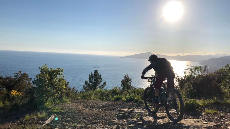 Am Meer ist Mountainbiken und Camping besonders schön