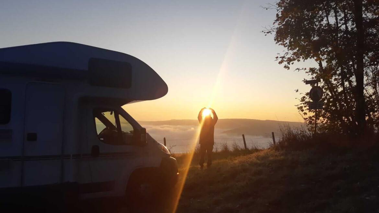 Wunderschöner Sonnenuntergang beim Camping Urlaub mit dem Mountainbike