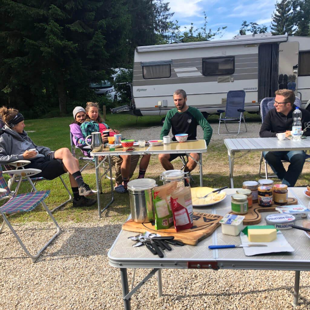 Frühstück beim MTB Trailcamp Fichtelgebirge am Campingplatz