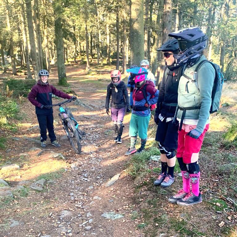 Spaß beim Techniktraining mit Coach Claudi beim Munich Mountainb Girls Fahrtechnikkurs im Bikepark Geisskopf