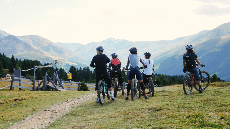 Ausblick geniessen beim Munich Mountain Girls Women Bike Camp am Reschensee