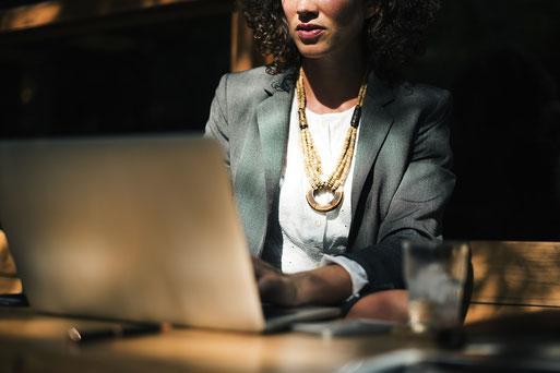 Frau liest digitales Kommunikationskonzept
