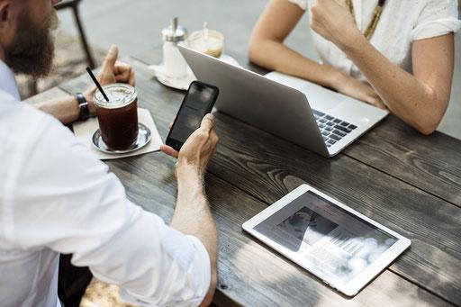 Frau bekommt Online-Marketing-Beratung