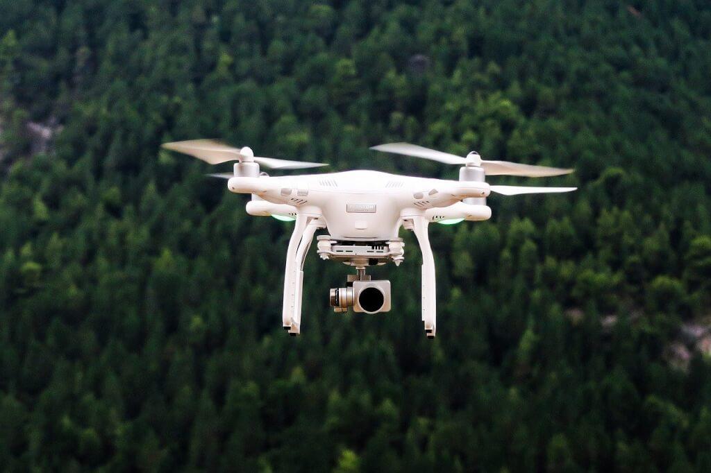 Fliegende Drohne über Wald, Drohnen-Gesetz