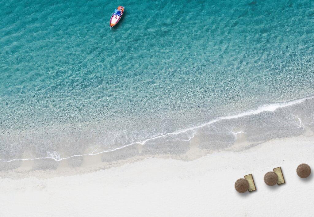 Drohnenaufnahme von Sandstrand und Meer