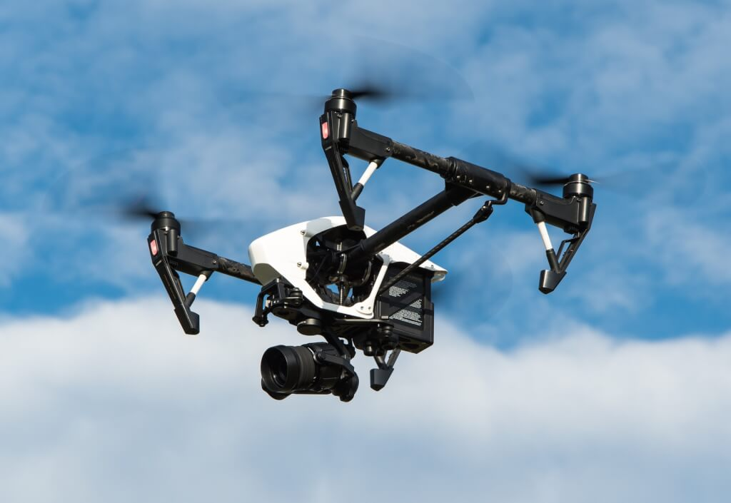 Weiße Drohne vor blauem Himmel