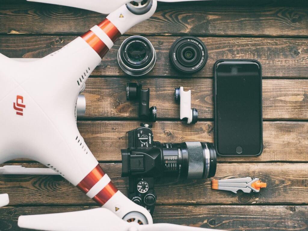 Drohne auf Tisch mit Kamera, Filtern und Smartphones, Drohnen-Gesetz