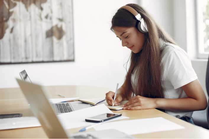 Mädchen am Lernen am PC