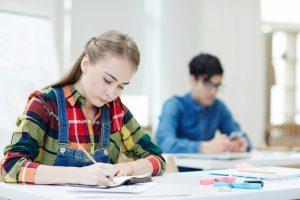 Mädchen sitzt in der Mathe Arbeit