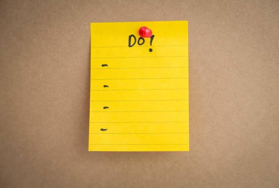 To Do Liste fuer Hausaufgaben auf einer Pinnwand