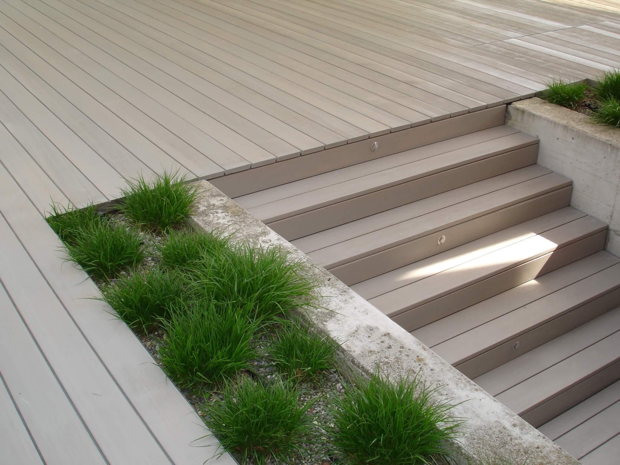 Graue Holzterrasse mit Stufe Formare 14