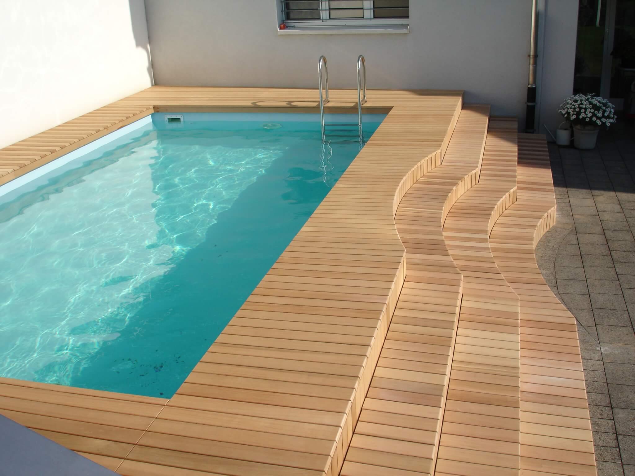 Holzterrasse um Pool mit Stufe Formare 3