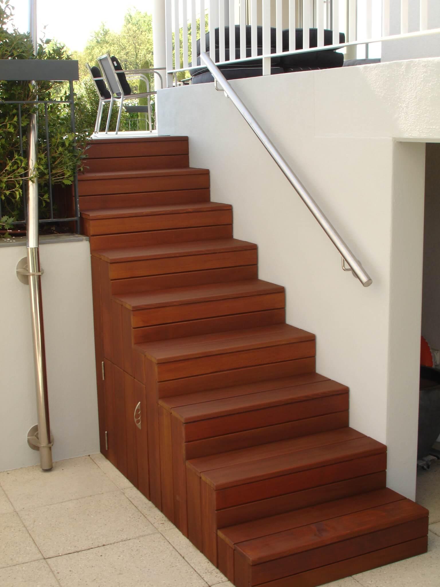Schmale Holzterrasse mit Stufen Formare 11