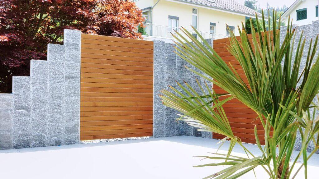 Sichtschutz Terrasse Holz und Stein kombinieren