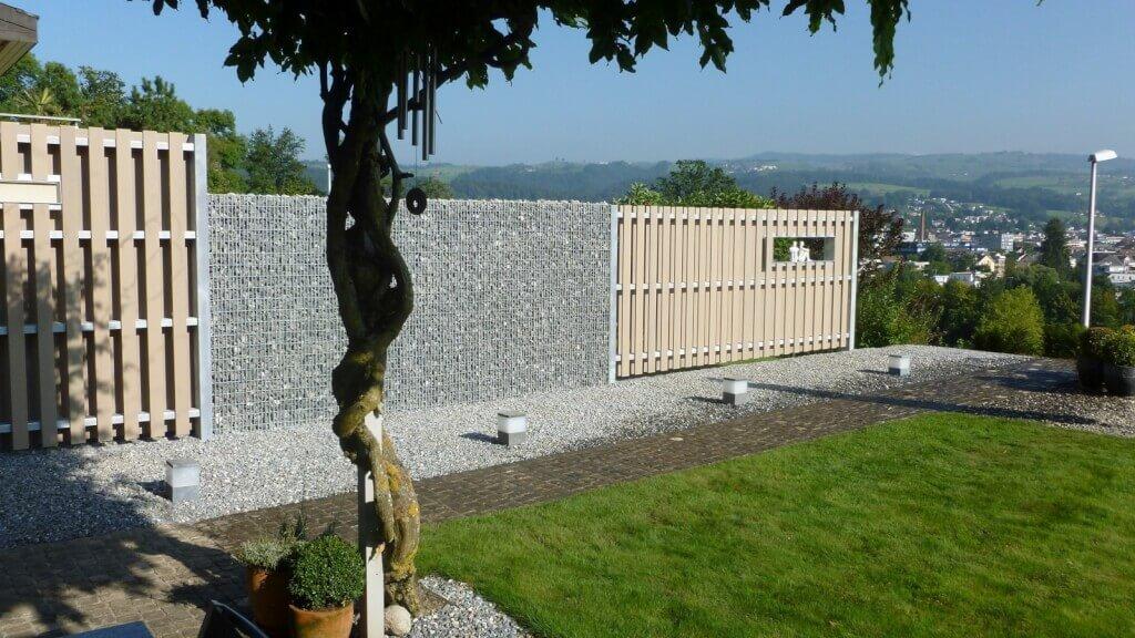 Sichtschutz Terrasse Holz und Stein kombinieren2