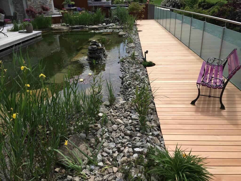 Teich Terrasse Holz und Stein kombinieren