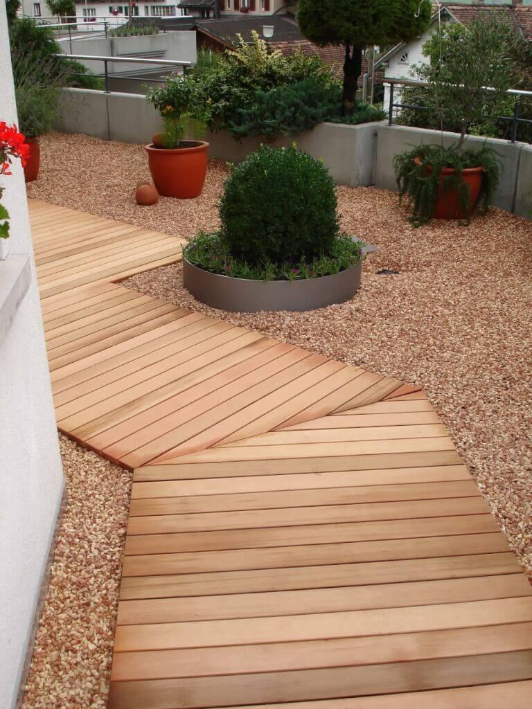 Terrasse Holz und Stein kombinieren mit Pflanztrögen
