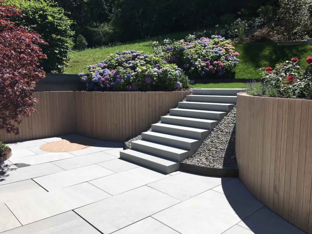 Terrasse Holz und Stein kombinieren runde Wände