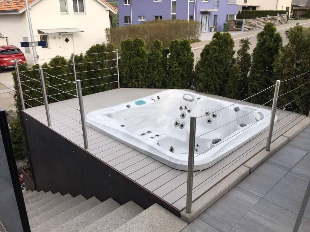 Terrasse Holz und Stein kombinieren mit integriertem Whirlpool