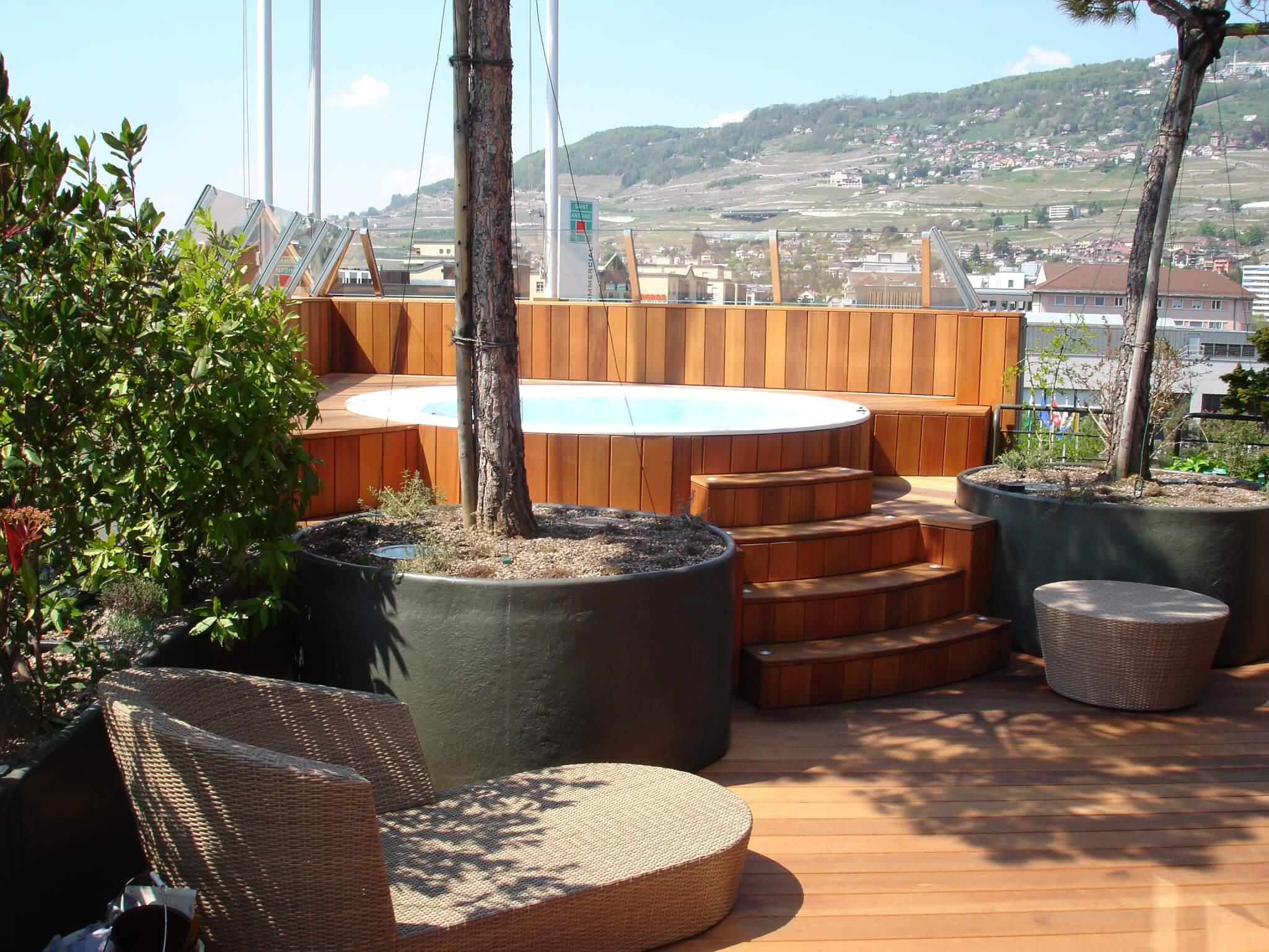 Whirlpool und Holzterrasse mit Stufe Formare 4