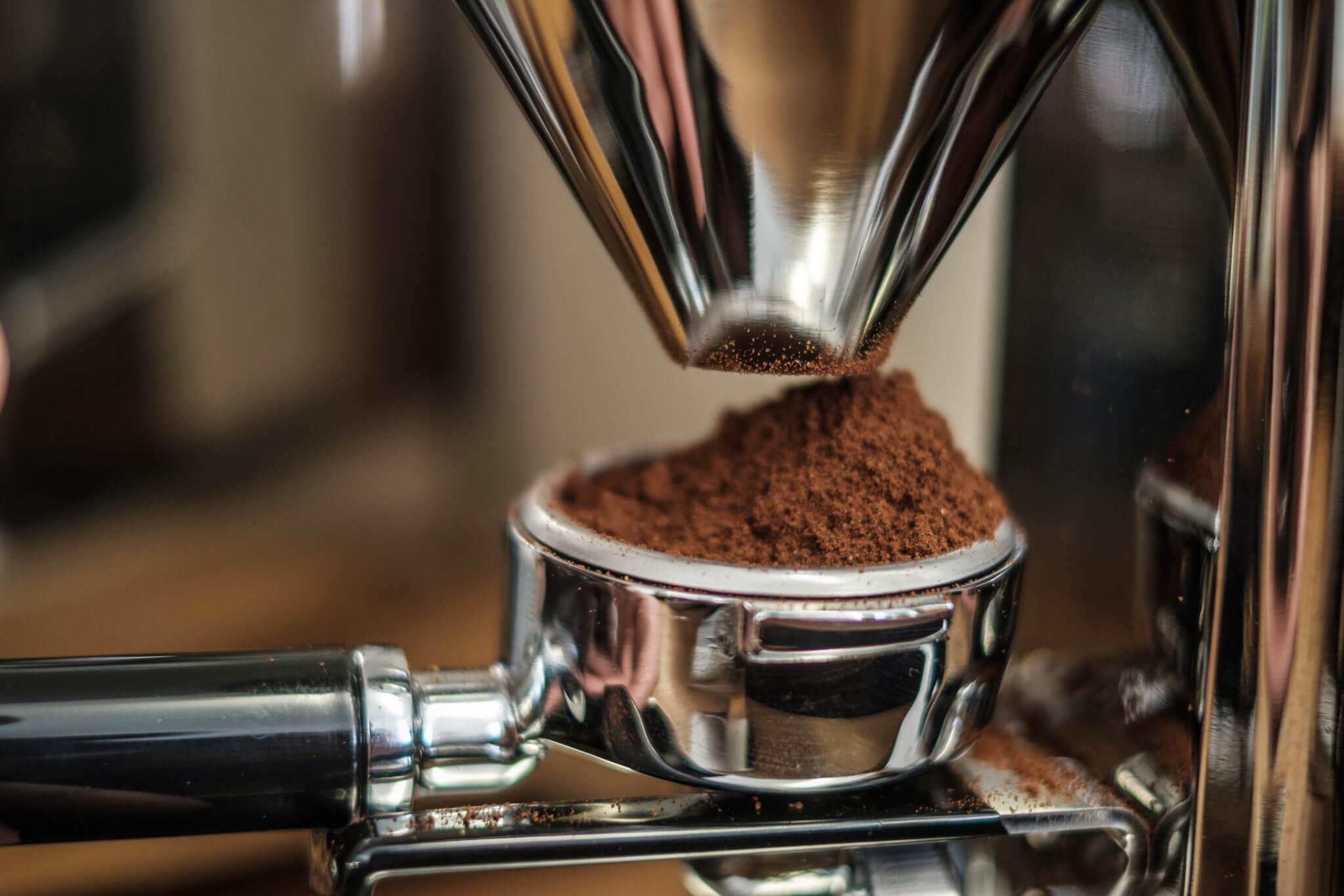 Das Bild zeigt gemahlenen Kaffee, den man im Fahrradgeschäft bike café trinken kann.
