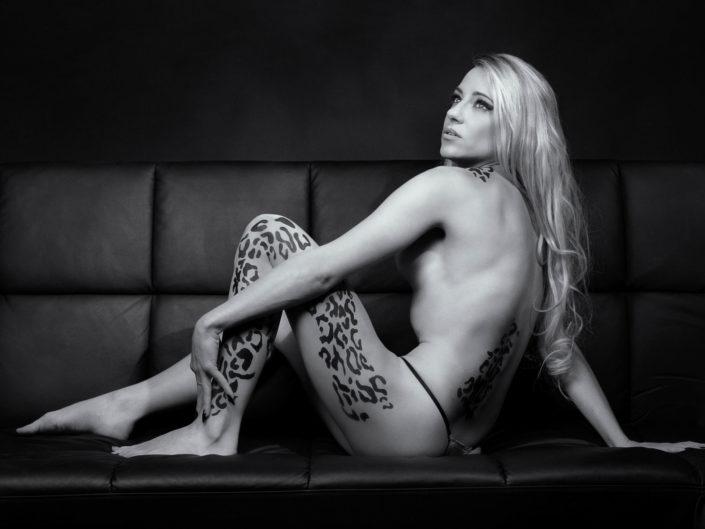 Aktaufnahme eines weiblichen Models mit aufgemaltem Leopardenmuster.