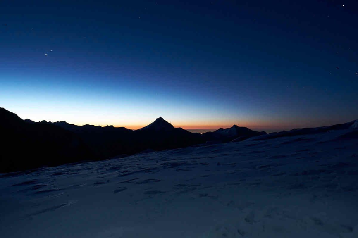 Die Sonne geht auf, idealer Zeitpunkt, um lange Belichtungszeiten mit Blitzfotografie und zweiter Verschlussvorhang zu kombinieren.
