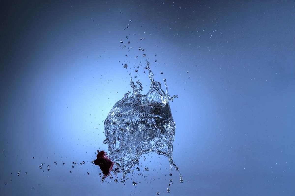 Dank extrem kurzer Blitzabbrennzeit werden die Wassertropfen aus dem explodierenden Ballon scharf.