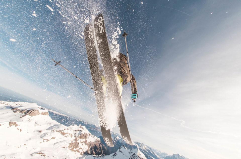 Der Freerider überspring den Fotografen Patrick Stoll, der ihn mit einem Fischauge aufnimmt.