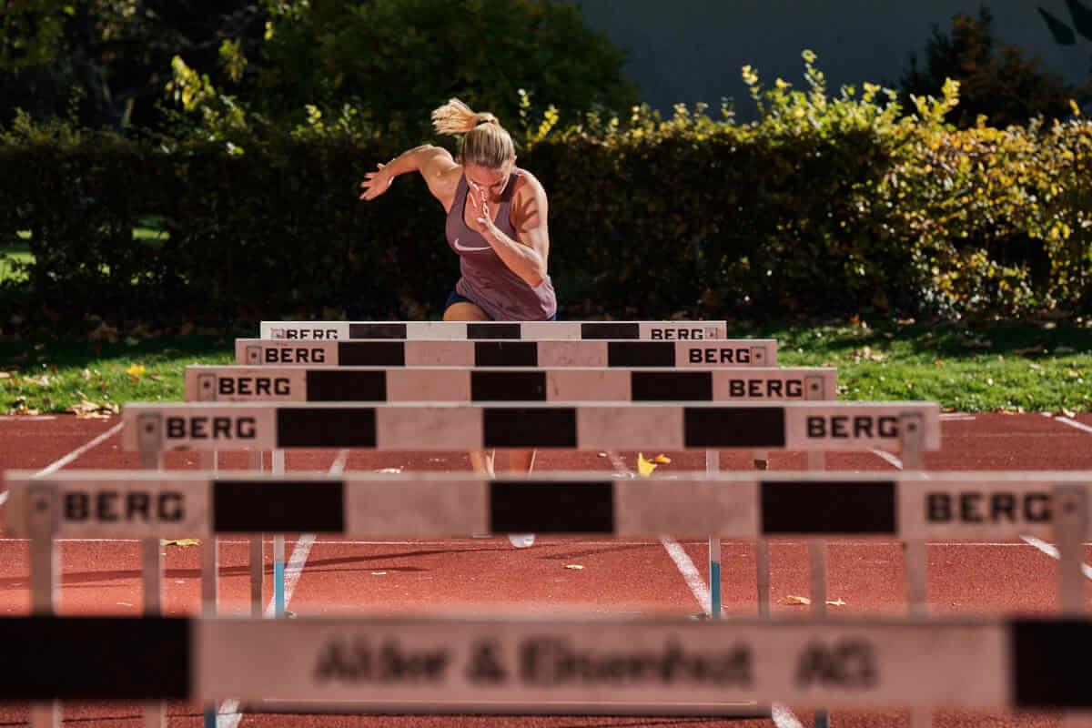 Die Leichtathletin Lydia Boll startet zum Trainingslauf über die Hürden.