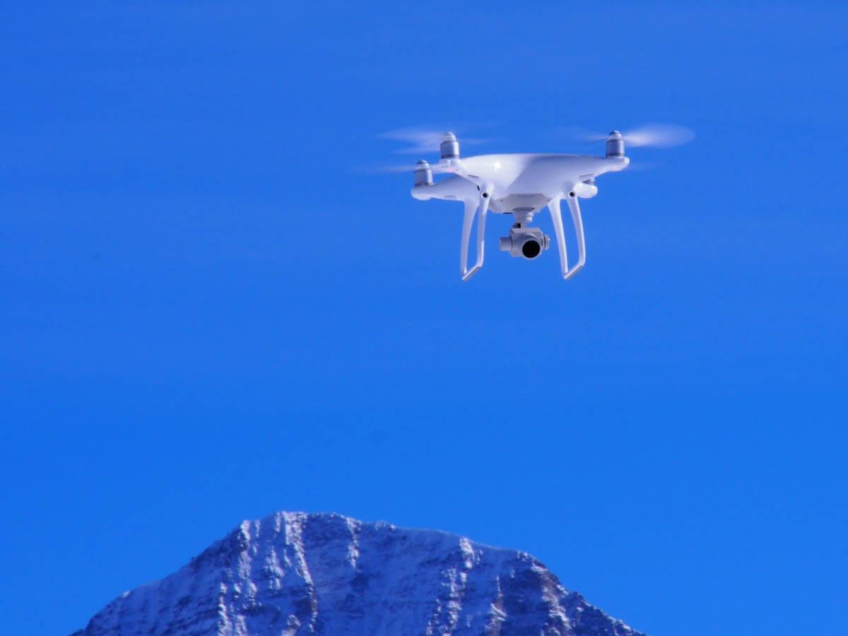 Die Drohne von Patrick Stoll Fotografie ist am Schilthorn während des Fotoshootings für Bächli Bergsport unterwegs.