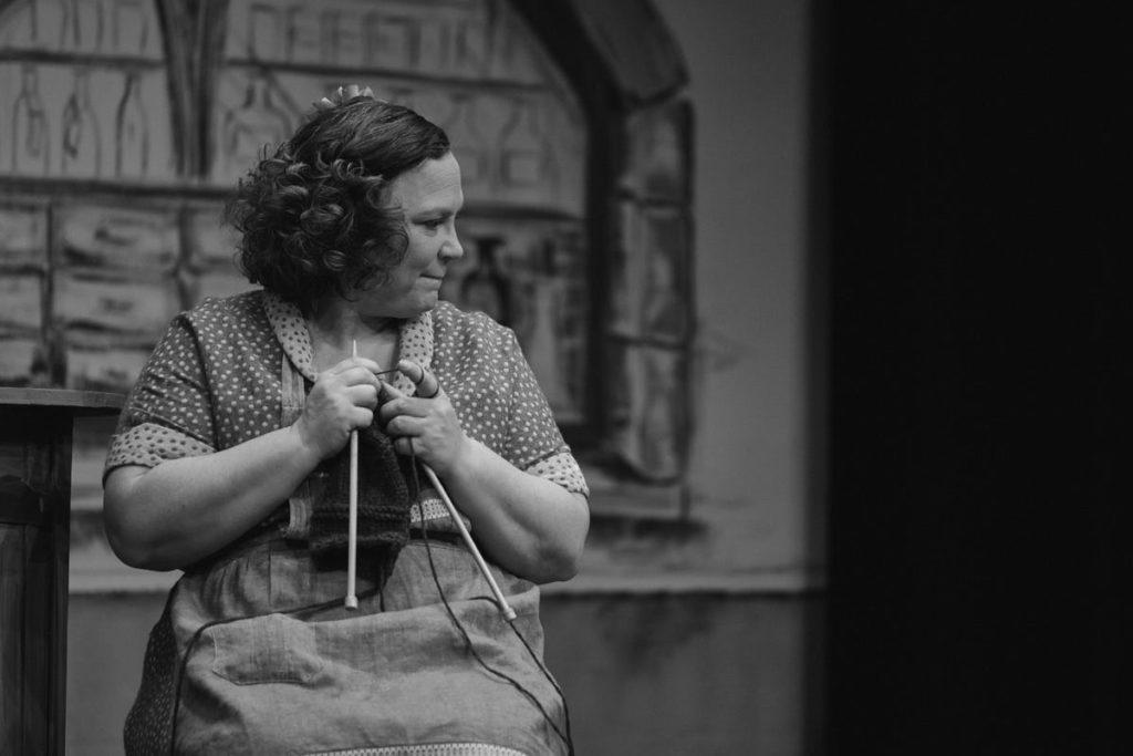 Barbara Ehrat sitzt auf der Bühne des Stadttheaters Schaffhausen während der Aufführung der Zauberorgel.