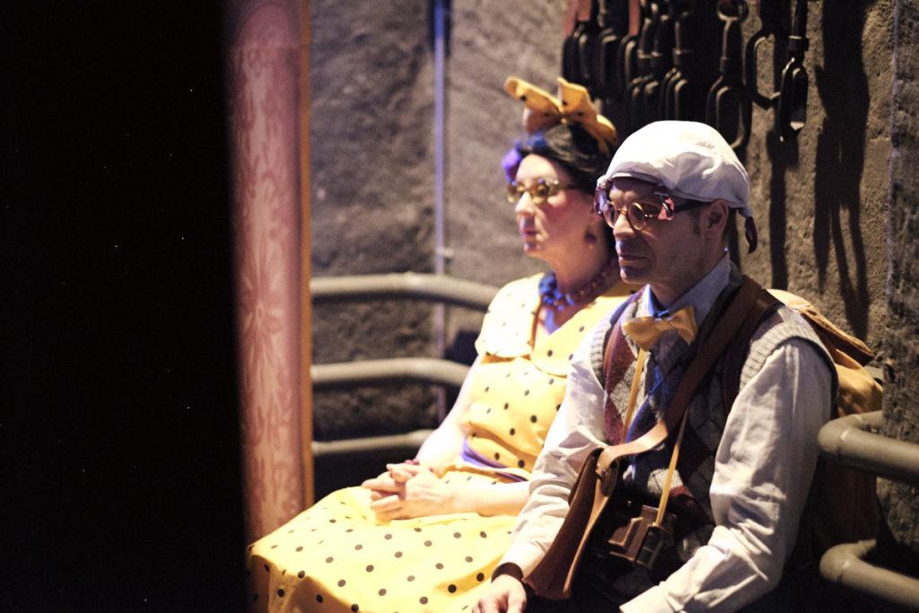 Herr und Frau Bitterli sammeln sich vor ihrem nächsten Auftritt hinter der Bühne.