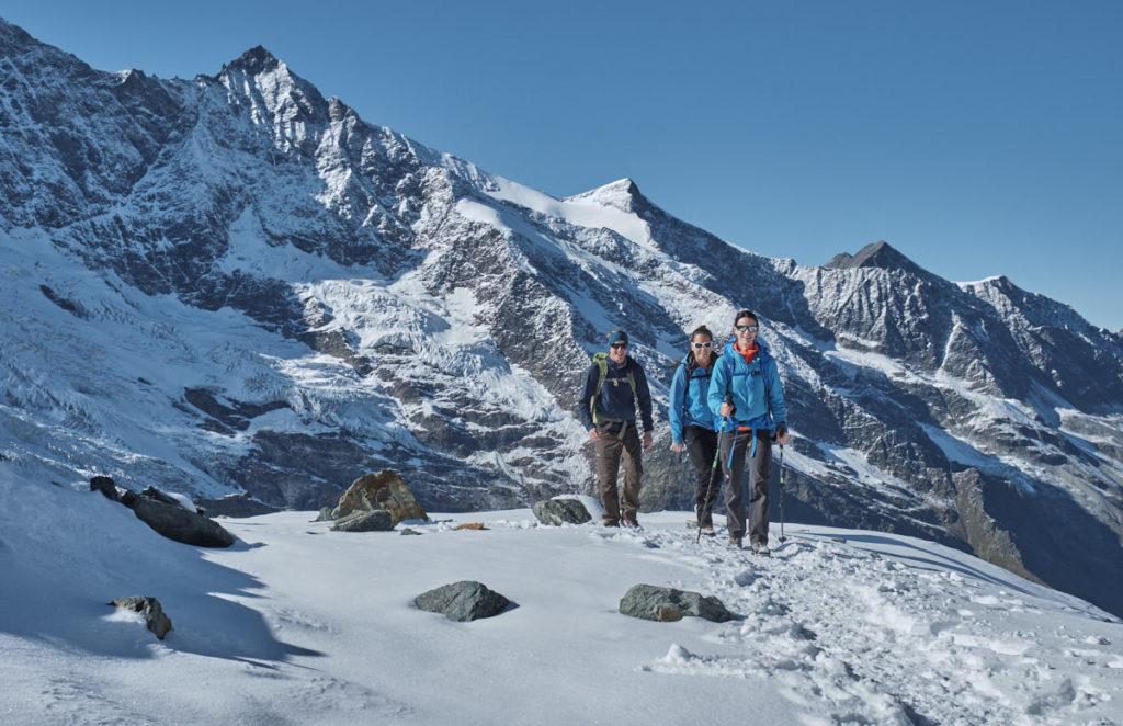Die Wandergruppe geniesst den frisch gezuckerten Wanderweg.