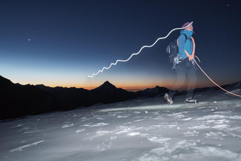 Dank des Blitzes auf den 2. Verschlussvorhang zieht die Bergsteigerin auf Hochtouren den Lichtschweif hinter sich her.