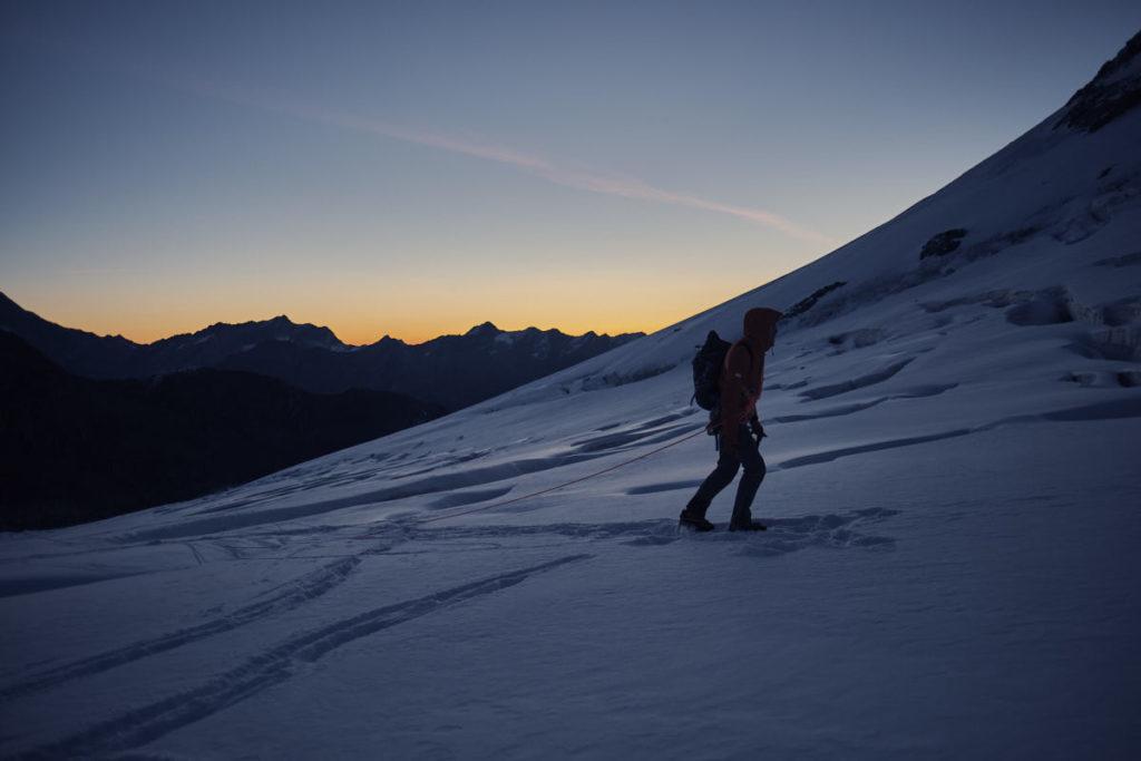 Jonas ging am vorderen Ende des Seils. Kurz vor Sonnenaufgang durchquerten wir eine grössere Spaltenzone.