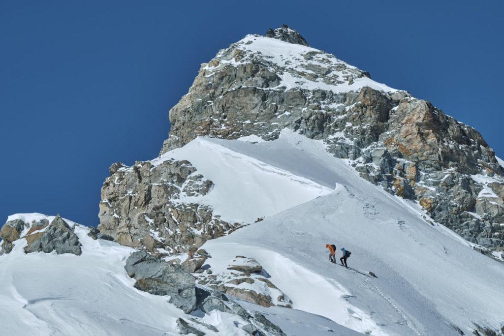 Unsere zwei Modelle steigen stetig dem Felsband und damit dem Gipfel des Allalinhorns entgegen.