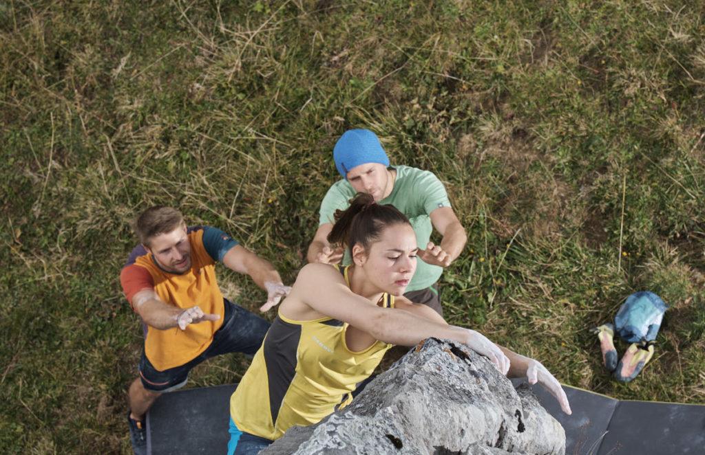Andrea erreicht den Ausstie dieses Boulders.