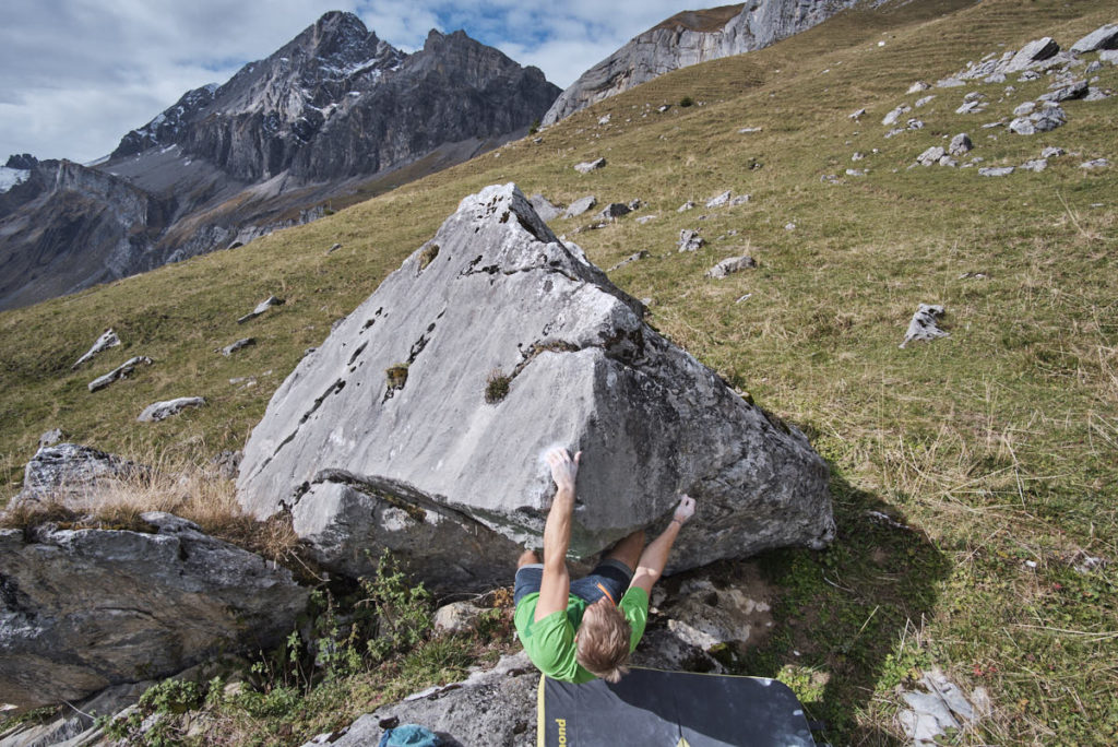 Dank der erhöhten Position erhält das Bild des Boulderers eine zusätzliche Dynamik.