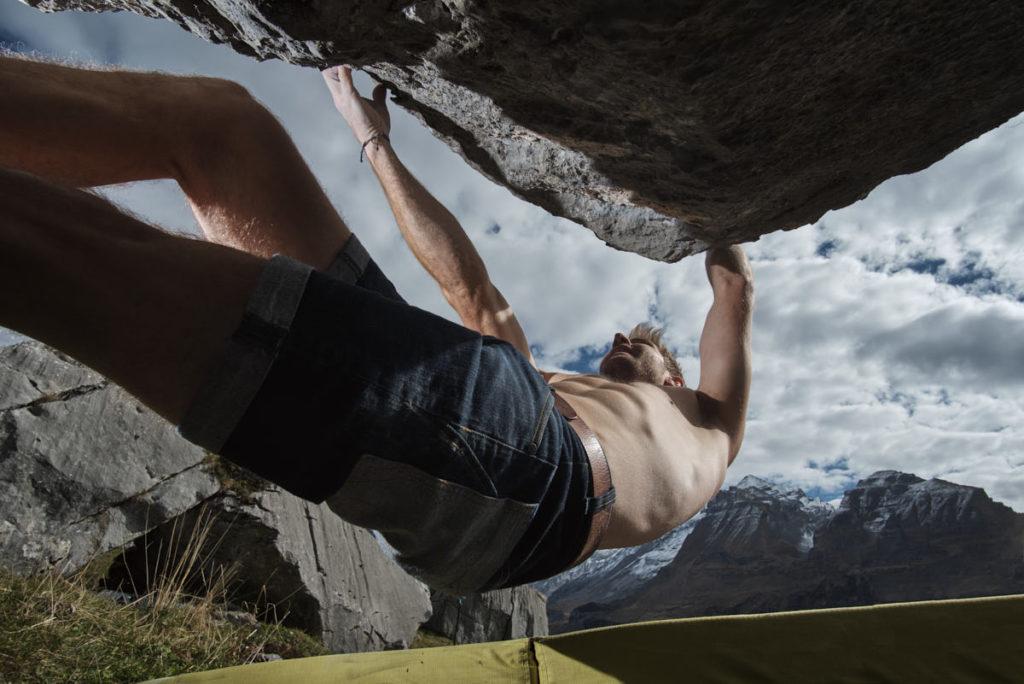Benjamin Blaser bouldert oberhalb von Kandersteg während eines Fotoshootings für Bächli Bergsport.