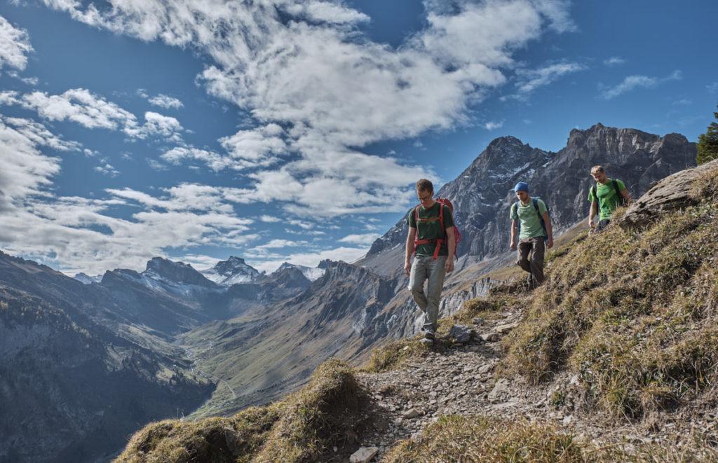 Drei Kletterer sind auf dem Rückweg von einer anstrengenden Route.