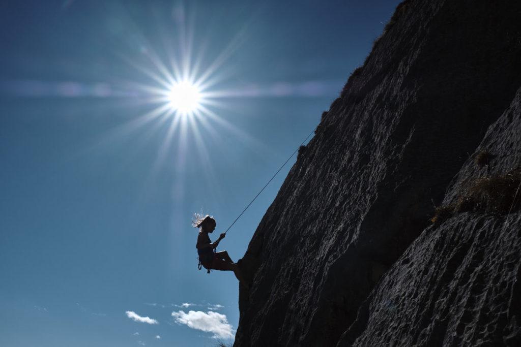Andrea Kümin klettert fürs Bächli Shooting im Klettergebiet Ueschenen.