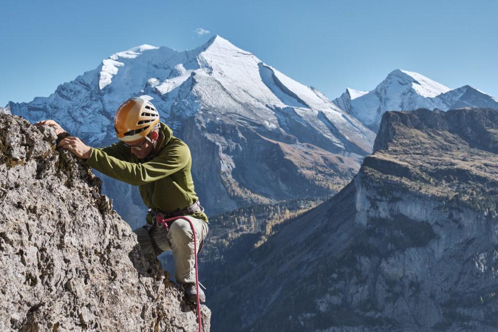 Jonas Allemann klettert an einem Boulder im alpinen Stil.
